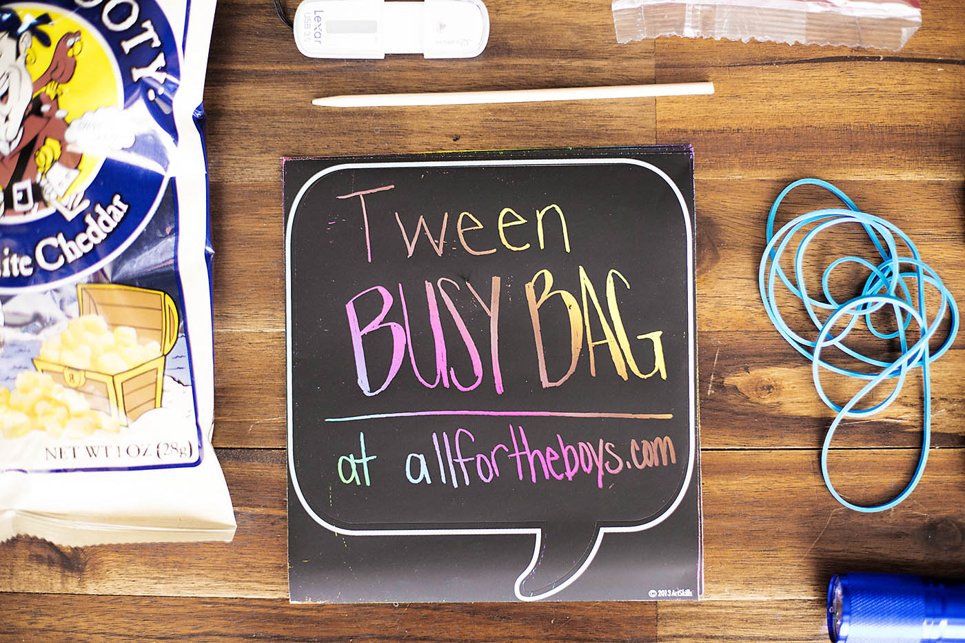 Tween busy bag - interesting ideas and things to pack to keep tweens busy!