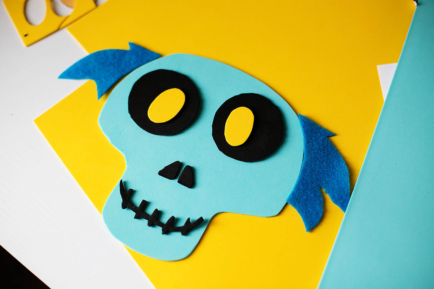 DIY emoji Hatbox Ghost from the Haunted Mansion or Disney Emoji Blitz - a fun Halloween decoration for Disney lovers!