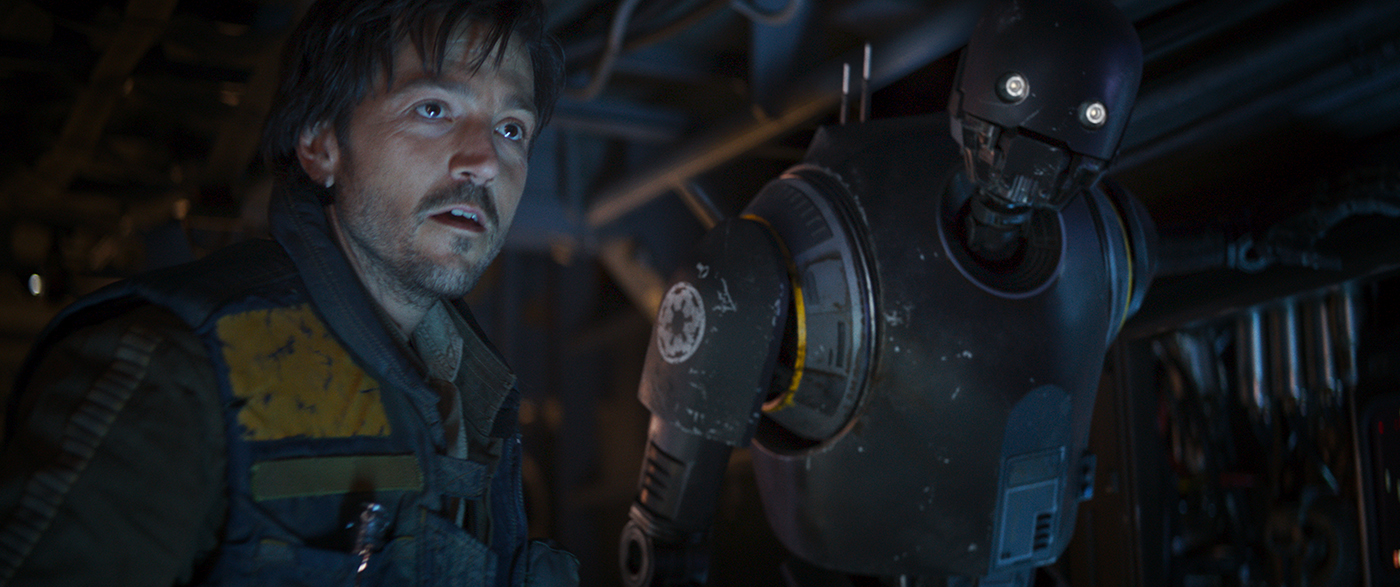 Rogue One: A Star Wars Story..L to R: Cassian Andor (Diego Luna) and K-2SO (Alan Tudyk) ..Ph: Film Frame ILM/Lucasfilm..©2016 Lucasfilm Ltd. All Rights Reserved.