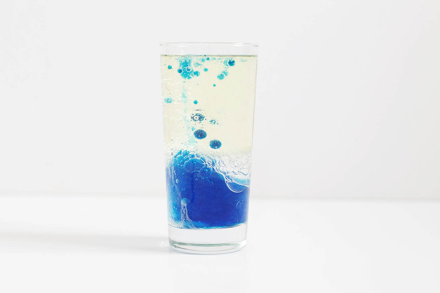Simple Science: DIY lava lamp with water, oil and alka-seltzer