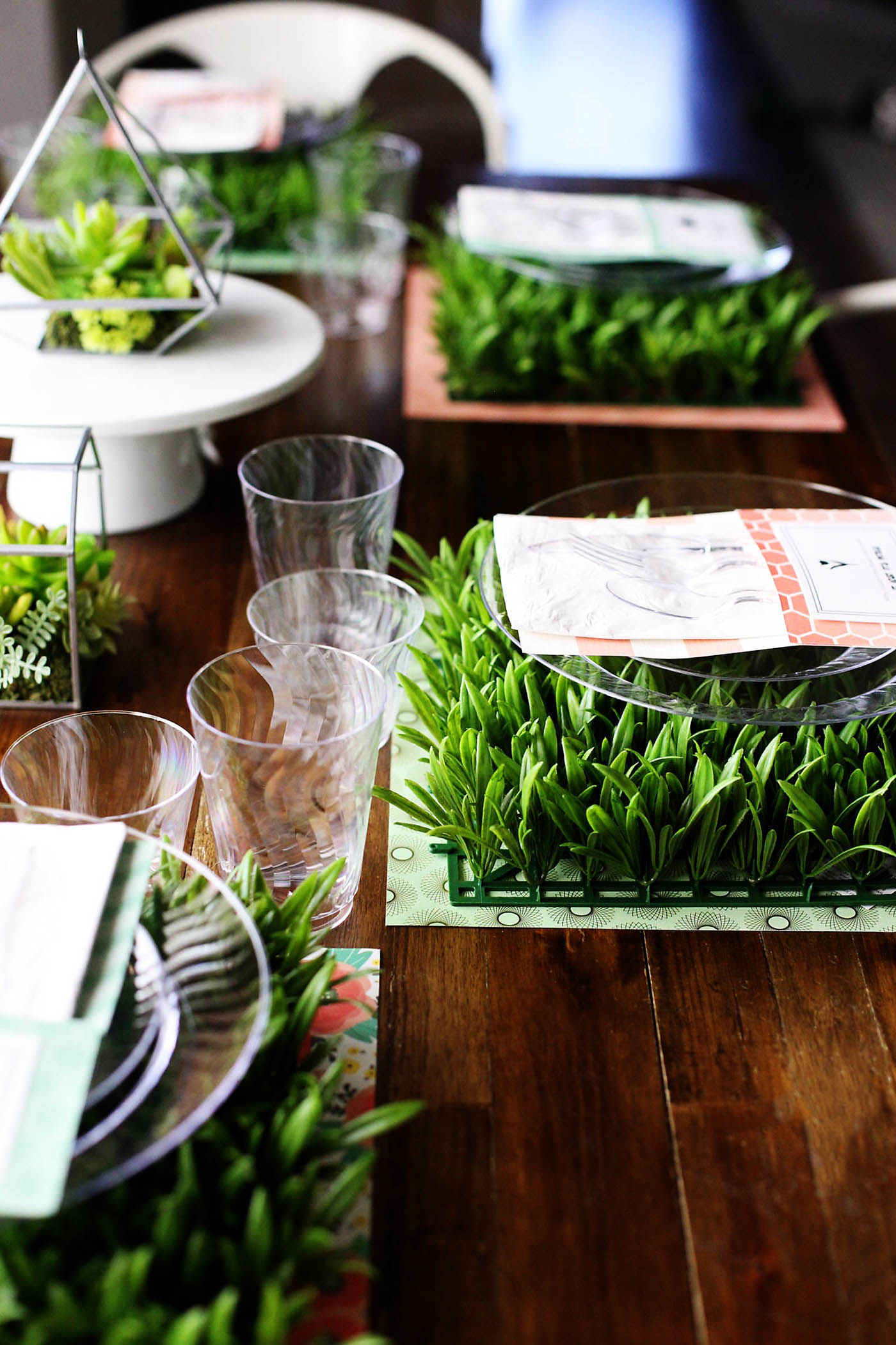 Spring table setting with DIY cutlery holders with jokes! Such a fun idea and great conversation starter!
