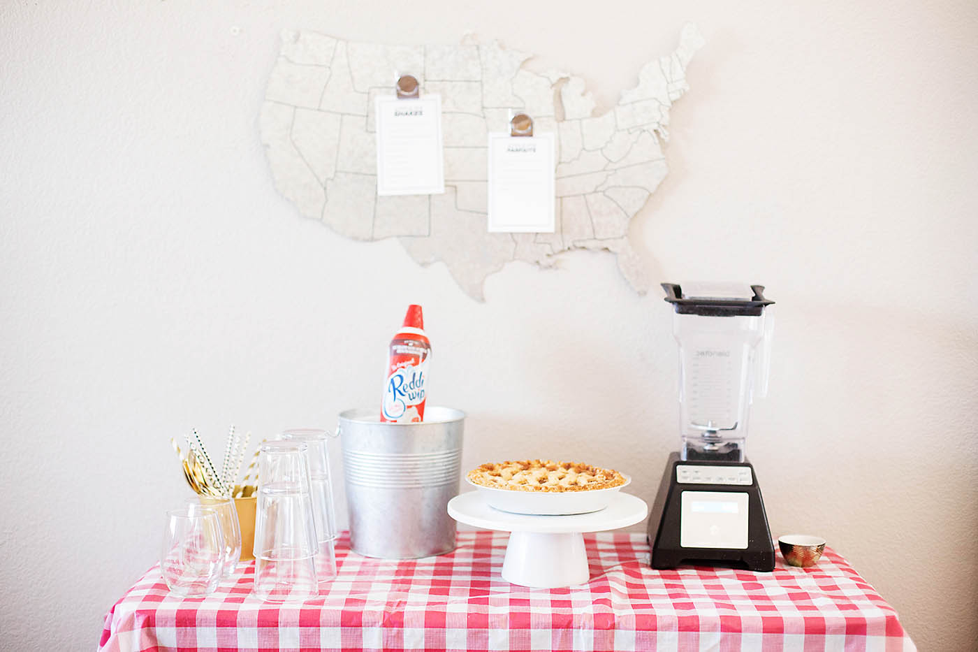 Picnic party with apple pie shakes - perfect for summer!