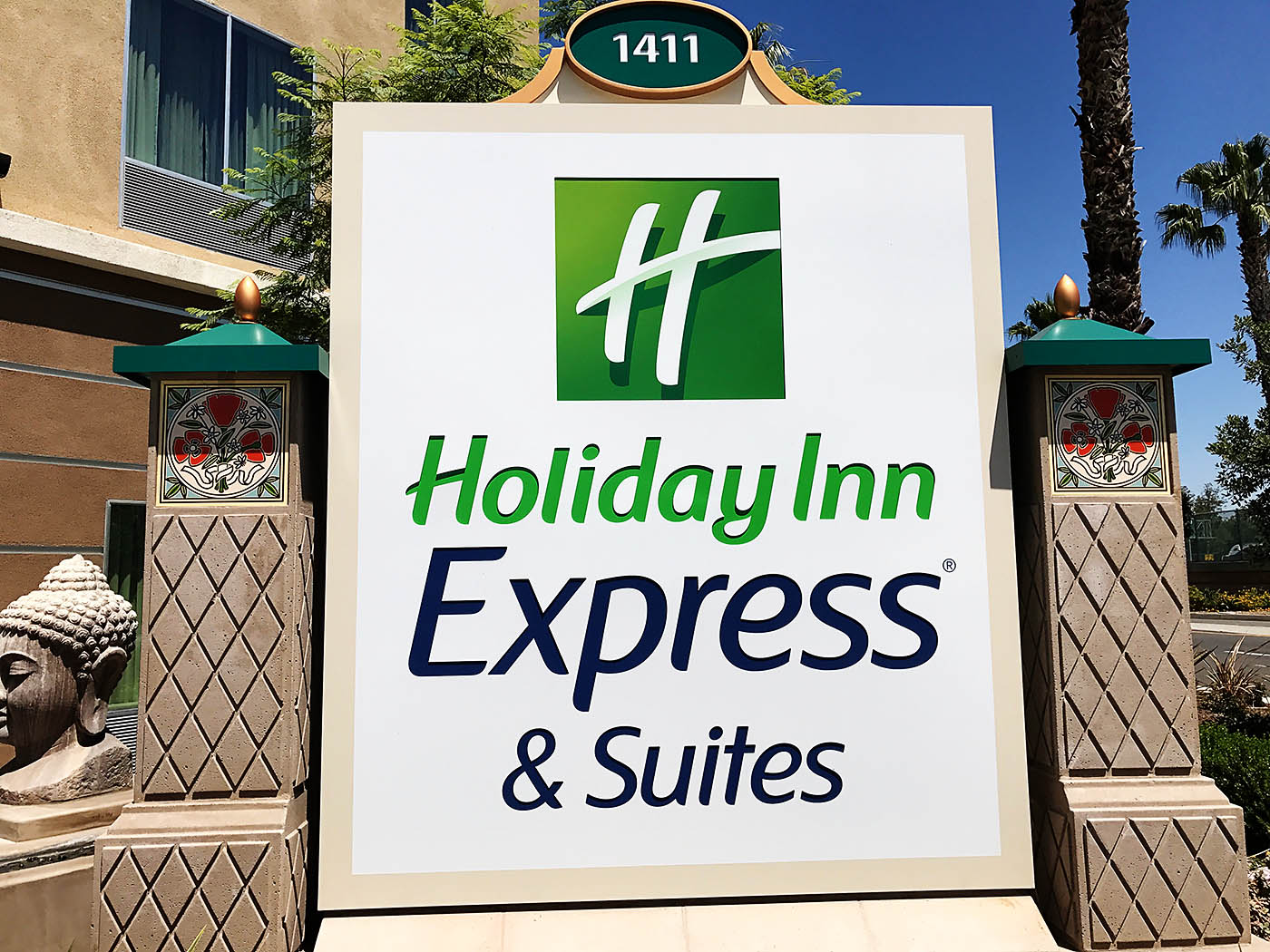 Review of Holiday Inn Express & Suites Anaheim Resort area - a great hotel option within walking distance to Disneyland