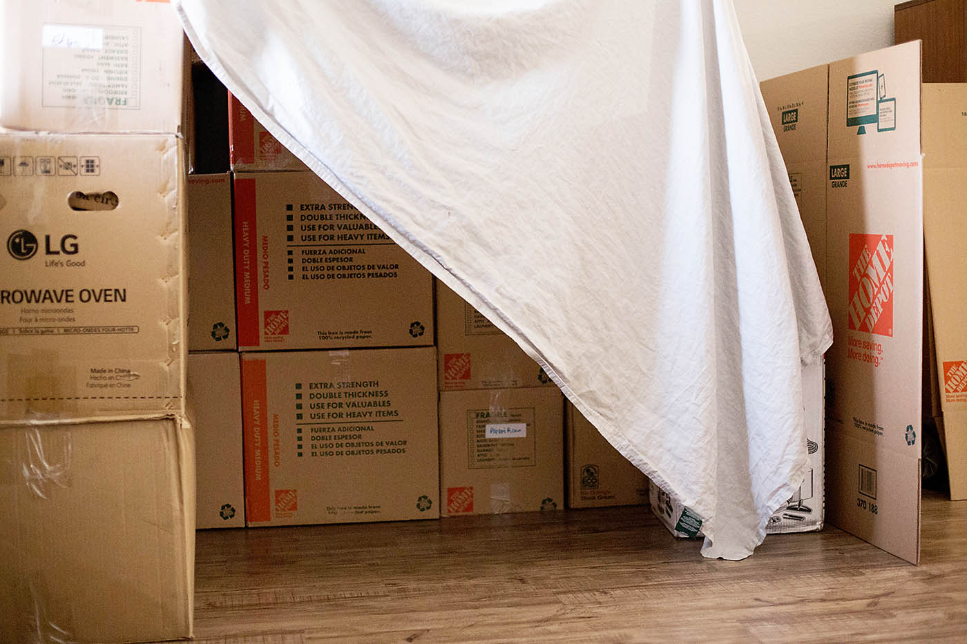 Easy moving box and sheet fort