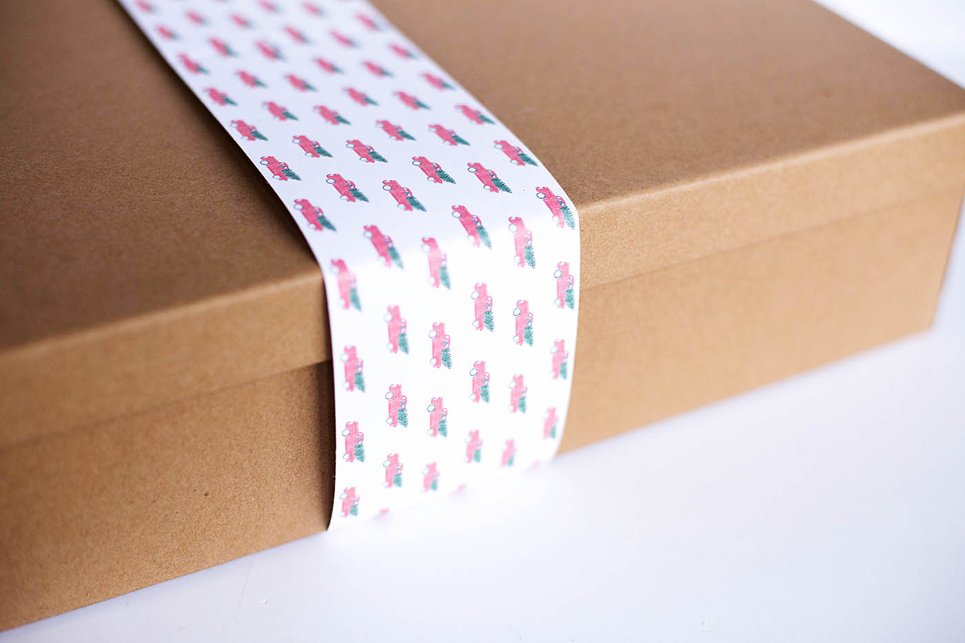 Choose and wrap a perfect useful gift for the tech savvy Dad in your life + free printable wrapping paper!